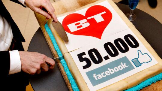 BTs chefredaktør Anders-Peter Landert skærer for af Facebook-kagen.