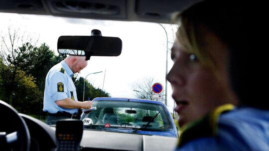 Mobilen ringer, og selvom du sidder bag rattet i din bil og ikke har et håndfrit sæt, svarer du den lige hurtigt. Hvis du bliver taget i den handling, koster det dig i dag 500 kroner i bøde, men fra 1. januar 2012 stiger det til 1500 kroner. Det er en tredobling af prisen, og forseelsen er ikke den eneste, der bliver takseret med højere bøder i det nye år. Glemmer du for eksempel sikkerhedsselen, kommer det til at koste 1000 kroner, og hvis du ikke spænder børn under 15 år sikkert fast, koster det 2000 kroner i bøde. I dag slipper man minimum med at betale 500 kroner for en forseelse i trafikken, men efter nytår stiger minimumbøden til 1000 kroner.