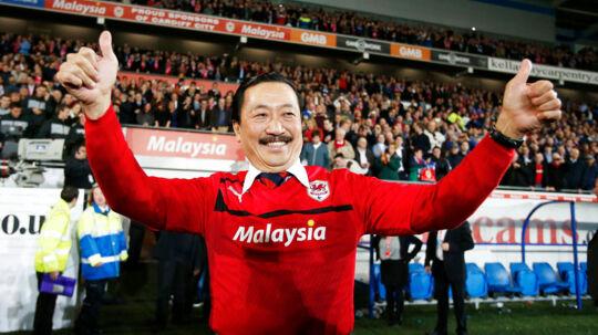 Cardiff Citys excentriske ejer, den malaysiske milliardær Vincent Tan, har haft et ønske om at have sin egen mand indsat for at overvåge transferaktiviterne, skriver Wales Online. Derfor har han nu indsat en 23-årig ven af sin søn som sportschef.