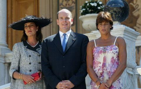 Albert med sine to søstre, prinsesse Caroline af Hannover og prinsesse Stephanie, på sin side. Der har på det seneste været rimelig kold luft mellem søstrene. Men nu står de last og brast med deres bror. Foto: Reuters