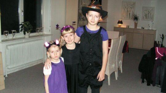 De tre små søstre, Julie på 12, Michelle på 9 og Barbara på 6, omkom ved en tragisk ulykke i familiens lade ved Hee nær Ringkøbing.