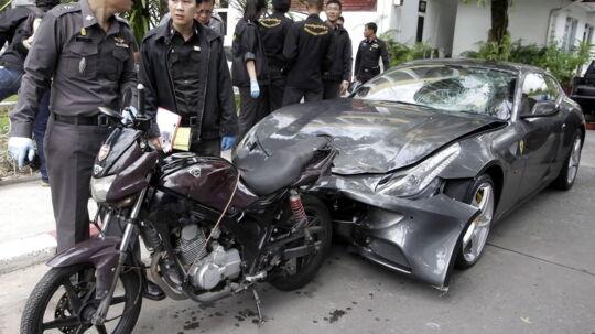Thailandske betjente undersøger en Ferrari ejet af Red Bull-arvingen Vorayuth Yoovidhya. Vorayuther ikke selv med i billedet, men fra 3. september 2012, men blev senere anholdt og sigtet for at slå en thailandsk betjent ihjel med sin bil ved at køre op i betjentens motorcykel, så betjenten endte med at blive trukket 200 meter under bilen. Vorayuth Yoovidhya flygtede angiveligt fra stedet og efterlod ofret død på vejen. EPA/STR THAILAND OUT