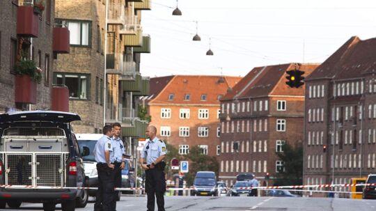 Politiet arbejder på stedet i krydset Tagensvej-Rådmandsgade i København, hvor en mand blev ramt af skud fra en forbipasserende bil torsdag.
