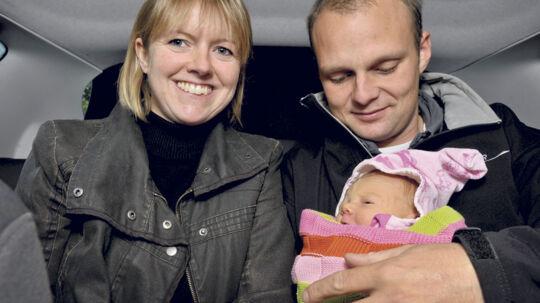 Lille nyfødte Ditte kom til verden på bagsædet af familiens bil. Nu har politiet givet en kæmpe »fødselsdagsgave« ved at droppe en fartsag mod Dittes far, som trådte alt for hårdt på speederen på vej mod fødeafdelingen.
