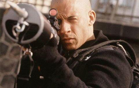 Vin Diesel i »xXx«. I forsøget på at overgå James Bond er diverse stuntoptrin blevet så fortænkte, at de virker ufrivilligt komiske frem for spændende
