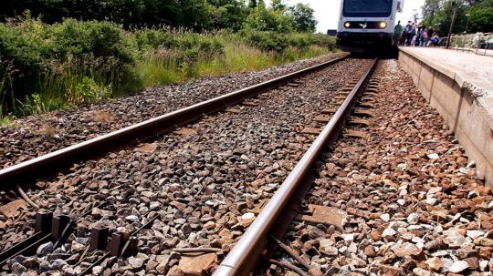 En tragedie udspillede sig på banegården i Frederikshavn tidligt søndag morgen. En 16-årig dreng fik begge ben kørt af af toget. De foreløbige meldinger lyder på, at drengen havde været til en våd julefrokost og ville tage toget hjem. (Arkvifoto)