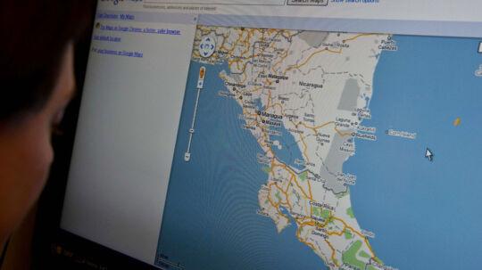 Arkivfoto: En kvinde kigger på et kort over Costa Rica
