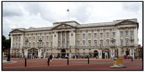Mens Diana levede jagtede dronning Elizabeths ansatte jævnligt aflytningsudstyr på slottet