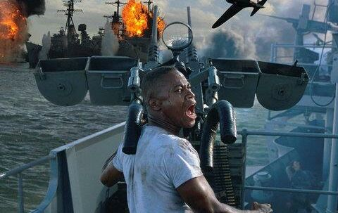 Kate Beckinsale er sygeplejerske i »Pearl Harbor« og skal bl.a. sy Cuba Gooding JR., der her skyder mod de japanske fly, i makeupen. Foto: Touchstone
