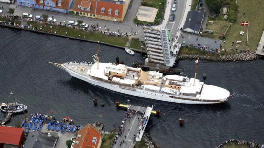 Kongeskibet Dannebrog var tirsdag ikke mange meter fra at sejle ind i vippebroen i Karrebæksminde.