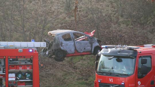 Den lille Peugeot brød i brand efter ulykken.
