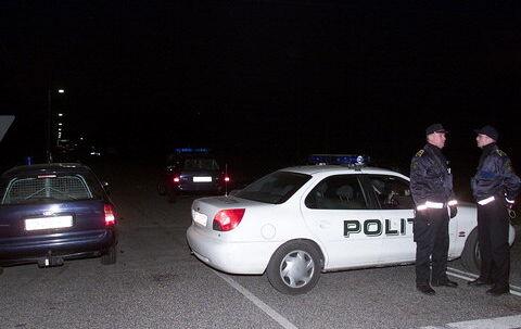 En betjent måtte springe til side for at undgå at blive kørt ned af flugtbilisten, og så blev pistolen trukket. Arkivfoto: Mogens Flindt