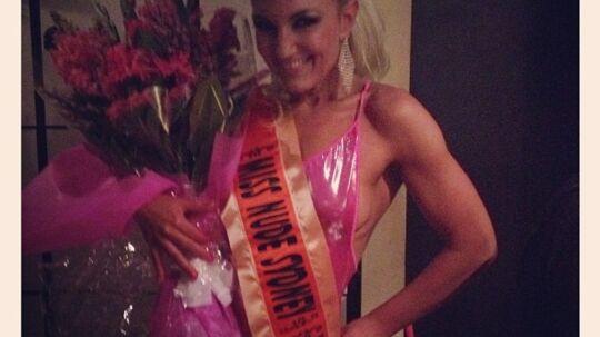 - Winner of Miss Nude Sidney 2012... Woohoo I DID IT :-D, skriver den begejstrede vinder på sin Twitter-profil, hvor hun har lagt dette billede ud.