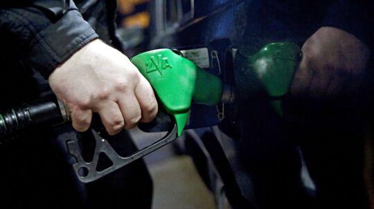 Både benzinpriserne og dieselpriserne tager et hop op ad, når klokken slår 10 torsdag formiddag. FDM anbefaler, at man tanker inden.