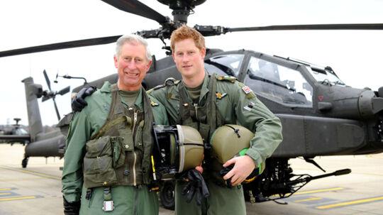 Prins Harry med farmand Charles på El Centro basen, San Diego, Californien. Foran Apache kamphelikopteren, som Harry snart er uddannet kamppilot på.