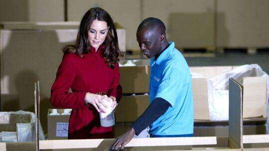 Den engelske kronprinsesse i aktion på Unicefs lager i København i går.