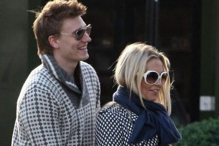 Nicklas Bendtner og Caroline Fleming bor sammen i London og bliver snart forældre til Carolines tredje og Nicklas' første barn. Bendtners mange penge kan indirekte komme til at koste Caroline en formue.