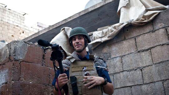 Journalisten James Foley på arbejde i Syrien før han blev kidnappet og endte i Islamisk Stats hænder. Han blev kidnappet i november 2012 og har siddet som gidsel i Syrien lige siden. Den 19. august i år lagde Islamisk Stat (IS) en video op på nettet, hvor James Foley bliver brutalt henrettet.
