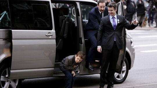 Mon der er nogen, der ser mig? Prins Christian kigger sig undersøgende omkring, da han stiger ud af minibussen til far, Kronprins Frederik's, store fornøjelse.Bag kronprinsen ses kronprins Haakon af Norge, der er ved at stige ud til festgudstjeneste i Christiansborg Slotskirke søndag d. 15 januar 2012.