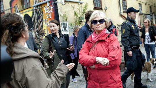 Pia Kjærsgaard, DF formand og medlem af Folketingets retsudvalg hilser på en ung beboer på Christiania under besøget på fristaden torsdag d. 7 juni 2012.