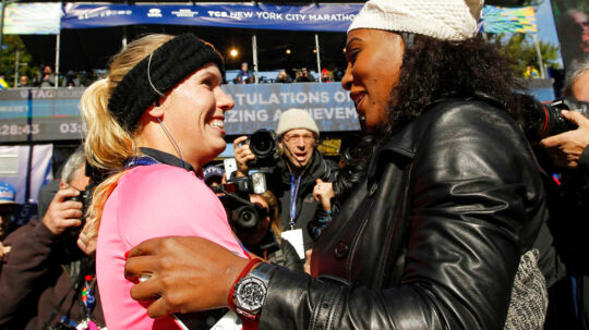 Serena Williams stod klar ved målstregen, da Caroline Wozniacki imponerede ved at løbe 3.26.33 i maratonløbet i New York.