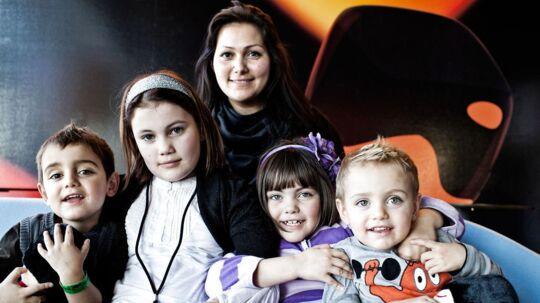 Stephanie fra Årgang 0 har allerede fire søskende. Her ses hun med tre af dem samt med sin mor.