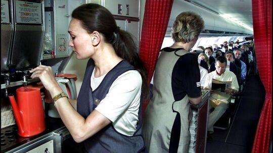 ARKIVFOTO. Kabinepersonalet og piloterne i SAS kan med mandagens spareplan se frem til, at lønchecken bliver mindre.