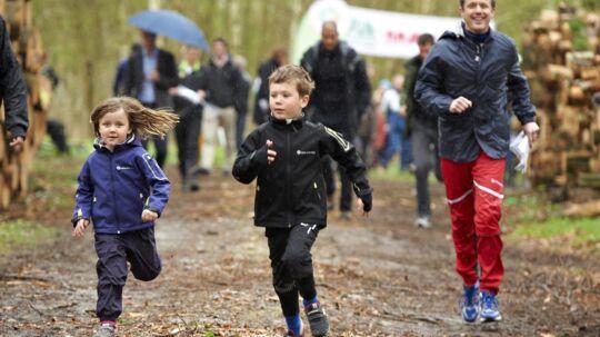 Prinsesse Isabella og prins Christian spurter af sted foran farmand i skoven ved Birkerød lørdag.