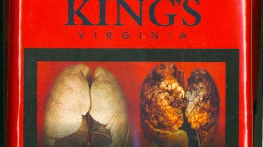Sådan ser de nye, advarende billeder på cigaretpakkerne ud. Her en Kingspakning med et billede af en rygerlunge.