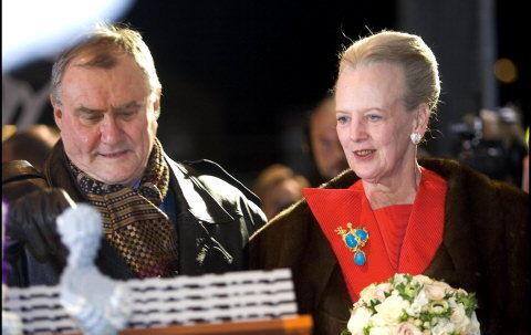 Prins Henrik og dronning Margrethe ankommer til Parken, hvor det store gallashow for H.C. Andersen blev afviklet.  Foto: Nils Meilvang