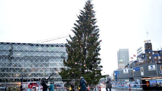 Juletræet på Rådhuspladsen i København er blevet godt skævt i blæsevejret tirsdag d. 13 december 2011.
