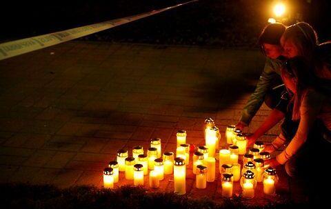 Fortvivlede beboere og adskillige skoleelever tændte lys for deres dræbte kammerater.