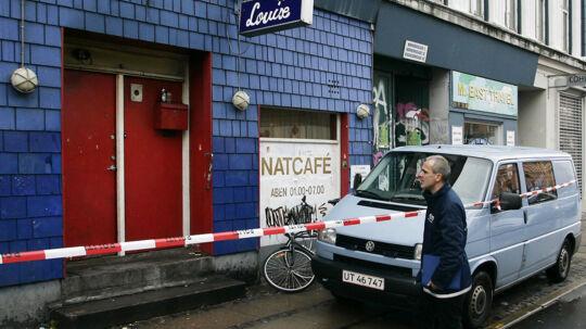 Cafe Louise er berømt og berygtet for ballade og været hjemsted for et drab for seks år siden. Her blev en 24-årig mand skudt en tidlig søndag morgen. På billedet har politiet spærret af foran Cafeen. (Foto: Jan Jørgensen)
