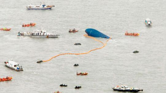 Her deltager en lang række skibe i redningsarbejdet, efter en sydkoreansk færge sank natten onsdag 16. april.