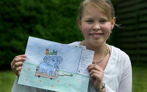 Lille Per valgte 11-årige Pernille Jørgensens tegning som den flotteste. Præmien er en statistrolle i »Far til fire gi'r aldrig op« og æren af at invitere hele klassen til en særforstilling på den nye børnefilm. Foto: Jeppe Carlsen