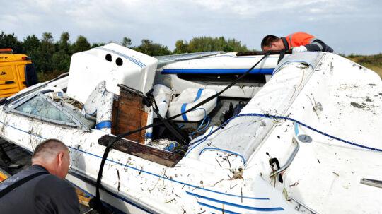 Fire mænd er døde i en speedbådsulykke nær Hundige på Sjælland tirsdag d. 11 september 2012. Her slæbes speedbåden væk.