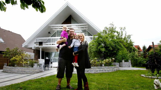 Amin Jensen med kone og børn foran villaen, der nu er solgt med million-nedslag