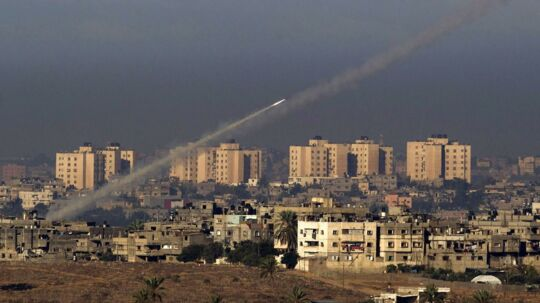 Raketter fra Gaza flyver ind over Israel, som svarer igen med hundredvis af luftbombardementer. Luftsirenerne lyder torsdag aften over flere byer i Israel.