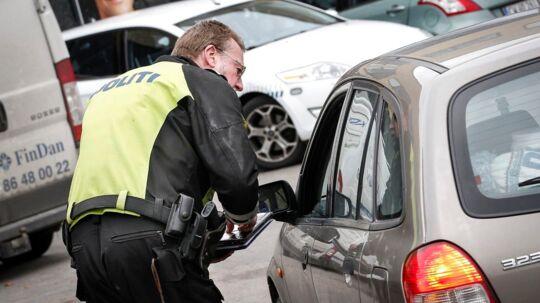 Politiet vil bruge automatisk nummerpladegenkendelse til at afsløre lovovertrædelser. Eksperter advarer mod snigende masseovervågning og frygter for danskernes privatliv. Den automatiske scanning skal erstatte den nuværende praksis, hvor betjentene må finde en liste frem og manuelt lede efter hver eneste efterlyste nummerplade.