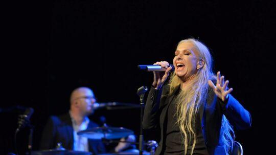 Sanne Salomonsen trak fuldt hus søndag aften i Vostrup Teater og Musikhus, da Jazz og Rock ved Ringkøbing Fjord havde indbudt til en intim koncert med Danmarks rockmama, som Sanne Salomonsen også er blevet kaldt.
