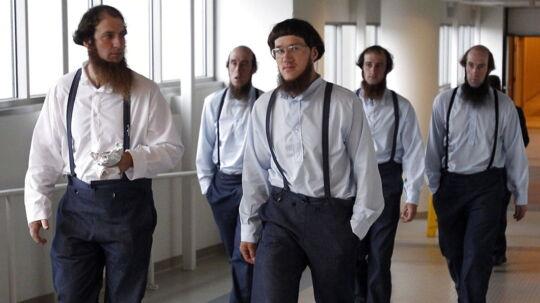 Medlemmer af den kristne Amish-bevægelse i USA er idømt 10 års fængsel for at klippe skæg og hår af andre Amish-folk. Her ses en gruppe forlade et retsmøde i sagen i august.