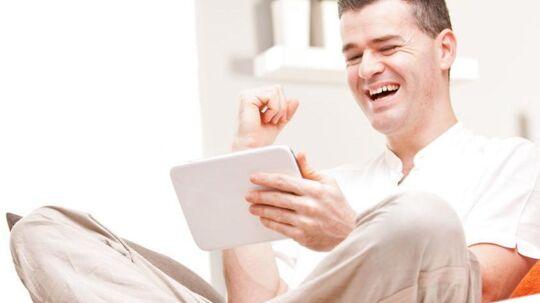 Flere og flere ser TV på telefonen eller tavle-PCen - og kan klare sig med det, så de opsiger det traditionelle TV-abonnement. Arkivfoto: Iris/Scanpix