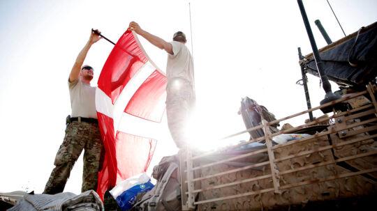Størstedelen af de danske kamptropper har netop nu forladt Helmand-floden og er på vej mod Danmark, ledsaget af forsikringer om, at opgaverne er løst. En historisk milepæl blev passeret, da danske soldater i dag i samlet flok forlod basen Camp Price ved Gereshk og Helmandfloden. Camp Price har dannet rammen om seks års kamphandlinger, men for få minutter siden rullede de sidste af omkring 90 køretøjer med henved 250 soldater ind i Camp Bastion og satte dermed et vigtigt punktum i den danske krigsdeltagelse i Afghanistan. Her er de sidste forberedelser inden soldaterne kører ud af Price for sidste gang i gang.