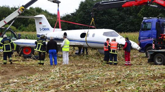 Det havarerede jetfly løftes fra jorden og slæbet ind i en hangar på Rønne Lufthavn søndag den 16. september.