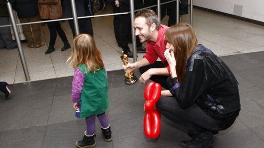 Så er den danske Oscar-vinder hjemme på dansk jord. I lufthavnen var datteren Clara den første, der tog i mod ham med åbne arme.