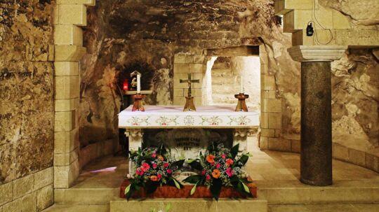Bebudelseskirken i Nazaret. Bebudelseskirken i Nazaret er bygget på det sted, hvor Jomfru Maria mødte englen Gabriel. I kirkens nedre del ligger Bebudelsesgrotten. En søjle markerer det sted, hvor Gabriel fortalte Maria, at hun skulle føde Guds søn. Den nuværende kirke er opført i 1969, men der har også tidligere ligget kirker på netop dette sted. Den første blev bygget i det 4. århundrede.