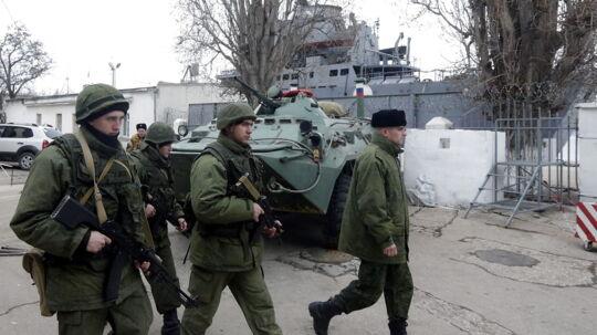 Her ses russiske soldater fra flåden ved nær skibet 'Orsk', der ligger til havn ved Sevastopol på Krim-halvøen 2. marts 2014.