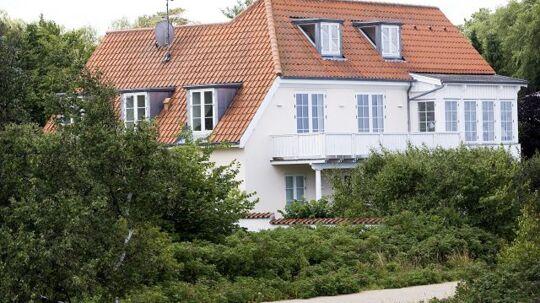 Bille August store sommerpalads på 242 kvadratmeter på Kystvej ligger lige ud mod Hornbæk Strand og klitterne. Fra balkonen og havestuen kan Bille nyde udsigten.