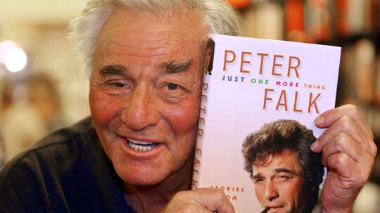 """Peter Falk, alias Colombo, poserede i oktober 2006 med sin bog, """"Just one more thing""""."""