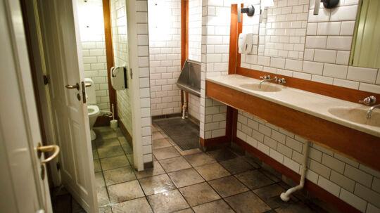 Toilettet hvor knivstikkeriet formodentligt fandt sted.